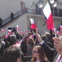 Repartiendo banderitas chilenas La Moneda celebró el triunfo en La Haya sobre Bolivia