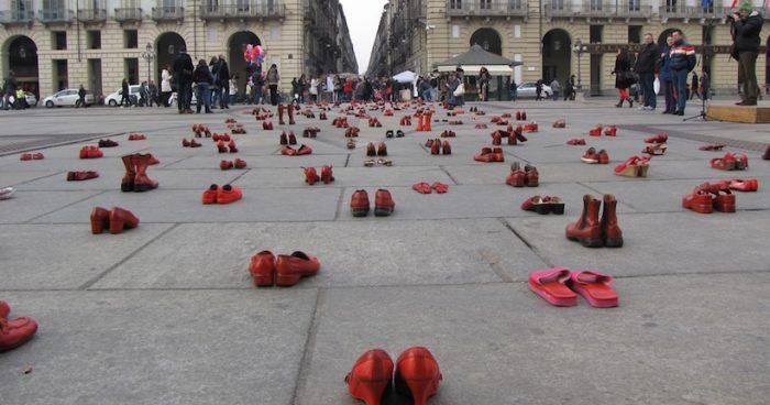 """Instalación sobre el femicidio """"Zapatos rojos"""" de la artista mexicana Elina Chauvet se presentará en Chile"""