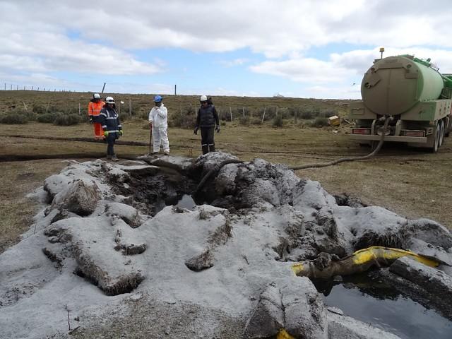 """Derrame de petróleo en Tierra del Fuego: Schmidt asegura que está """"contenido"""" y Girardi anuncia acciones penales"""
