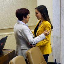 Carmen Hertz y Camila Flores dejan atrás conflicto y se abrazan en la Cámara de Diputados