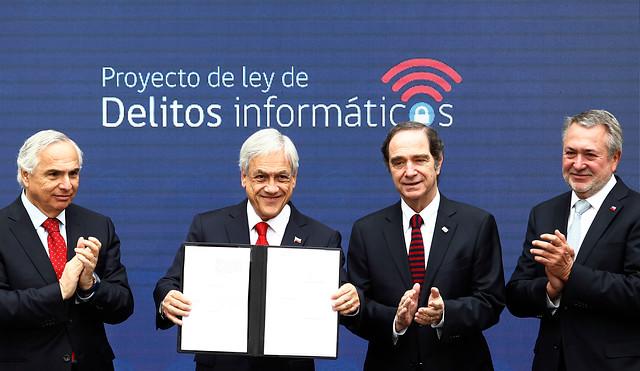 Piñera presenta proyecto para combatir el cibercrimen y admite