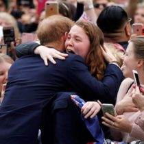 Príncipe Harry a lo Rockstar en Australia: rompió el protocolo para saludar a seguidora que llevaba horas esperándolo