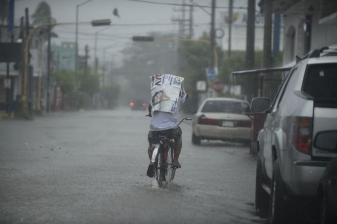 El huracán Willa toca tierra cerca de Escuinapa, en la costa noroeste de México