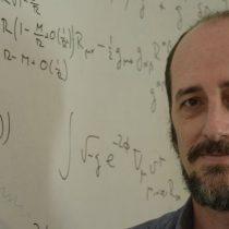 """""""Estamos viajando al futuro constantemente"""": el físico Roberto Emparán, sobre las aparentes rarezas de la teoría de la relatividad de Albert Einstein"""