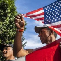 """Caravana de migrantes en Tijuana: """"Ya estamos aquí. Queremos que Estados Unidos nos escuche"""", cientos se manifiestan pacíficamente en la garita de la frontera"""
