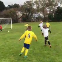El papá del año: padre empuja a su hijo de 6 años para impedir un gol del equipo rival