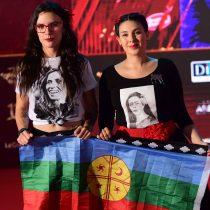 Cariola y Vallejo mostraron bandera mapuche en alfombra roja del Copihue de Oro