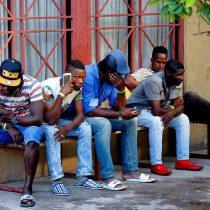 El comodín de los migrantes: Gobierno hace fuerte despliegue comunicacional en torno a avión que lleva 179 haitianos