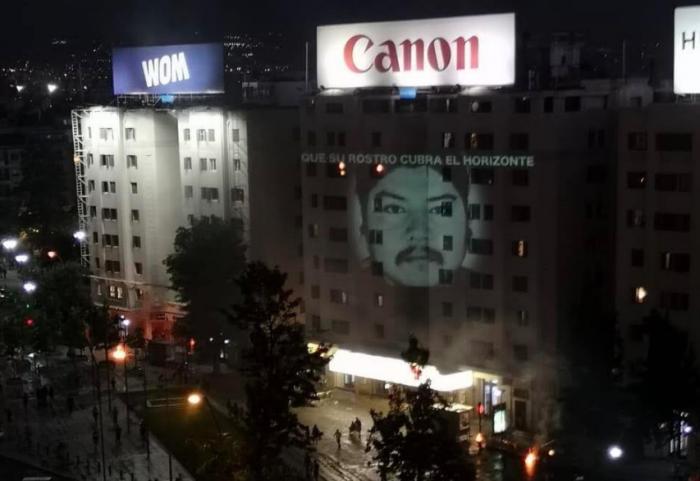Proyectan imagen gigante de Camilo Catrillanca en medio del desalojo policial en Plaza Italia