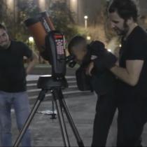 Intervención urbana: Astrónomos sorprenden a transeúntes con invitación a mirar el cielo