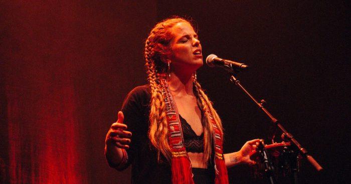 Perotá Chingó y su canto latinoamericano que incendiaron la noche de Santiago