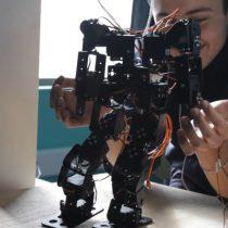 """""""TARS"""": el robot creado por escolares de La Serena y que ayuda a niños autistas"""