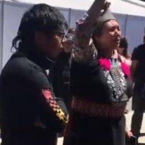 Lonko Juana Calfunao entrega mensaje afuera de la Intendencia Regional de La Araucanía