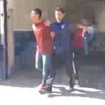 Detenido por robo insulta y escupe a periodista y él le responde con una patada por la espalda