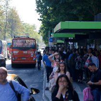 Corte de luz afecta a una decena de comunas de Santiago y causa estragos en el Metro