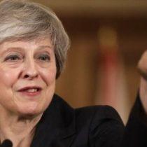 Brexit: Theresa May se aferra al poder pese a la tormenta por el acuerdo de salida de Reino Unido de la Unión Europea