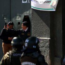 """Gendarmes en paro bloquean Santiago 1 y evitan acceso de Carabineros: """"Este territorio es nuestro"""""""