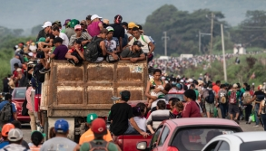 Honduran migrants taking part in a caravan heading to the US, leave Arriaga on their way to San Pedro Tapanatepec, southern Mexico on October 27, 2018. - Mexico on Friday announced it will offer Central American migrants medical care, education for their children and access to temporary jobs as long as they stay in two southern states. (Photo by Guillermo Arias / AFP)