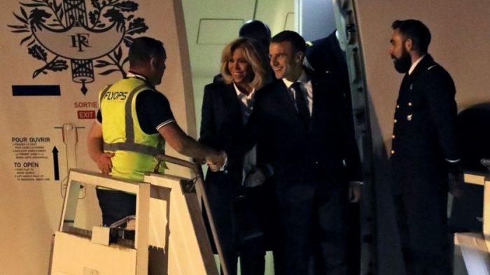 El incómodo momento de Macron al no ser recibido por nadie en el aeropuerto
