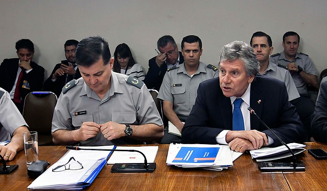 General Ricardo Martínez repite libreto en segundo día de explicaciones ante el Congreso