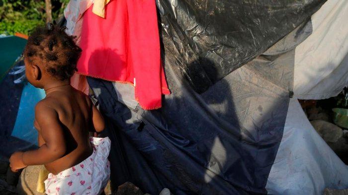Haitianas resisten a gritos contra condiciones de vivienda indignas en Estación Central