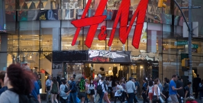Pedestrians pass in front of a Hennes & Mauritz AB (H&M) store in New York, U.S., on Saturday, Sept. 23, 2017. Photographer: Michael Nagle/Bloomberg