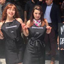 Staff de marca cosmética se desnuda para crear conciencia sobre uso indiscriminado de plástico