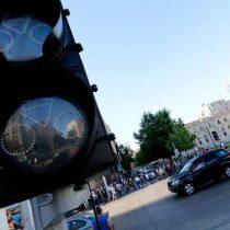 Calles y paraderos llenos de transeúntes tras corte de luz en una decena de comunas en Santiago