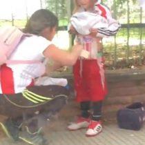 La mamá del año: impacto en Argentina por hincha de River Plate que cubre a su pequeña hija con bengalas para ingresarlas al estadio