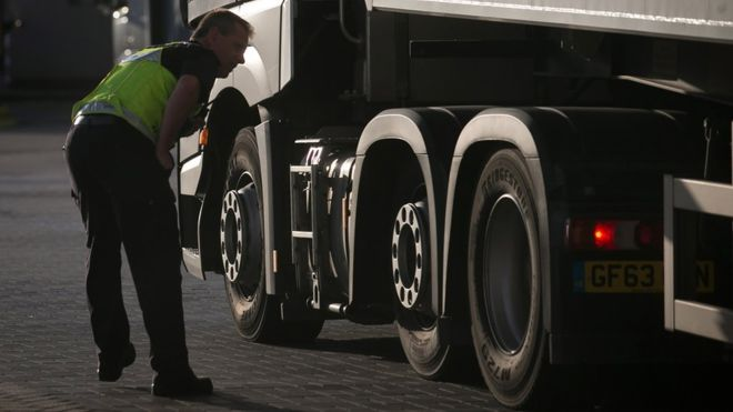 Encuentran 15 niños migrantes escondidos en un camión refrigerado en un puerto de Reino Unido