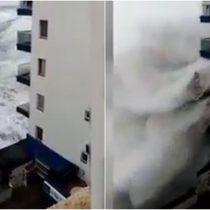 El impactante momento en que una ola destroza dos balcones en España