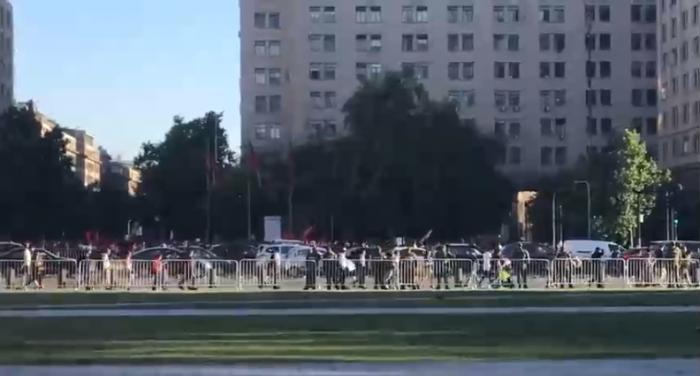 Nueva protesta frente a La Moneda por muerte de Camilo Catrillanca: Manifestantes lanzan vallas papales