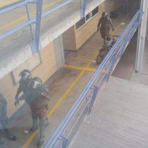 Imágenes muestran confusa detención de Carabineros a estudiantes al interior de Universidad Academia de Humanismo Cristiano