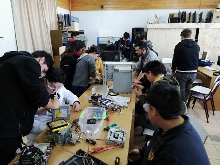 Personas con discapacidad crean robots con desechos electrónicos