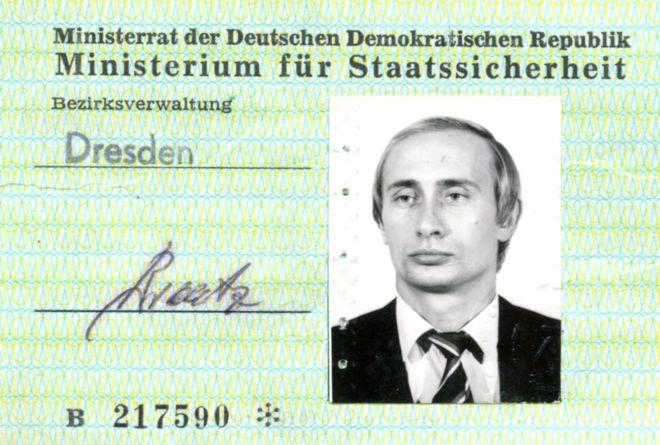La tarjeta de identidad del espía Vladimir Putin en la Alemania Oriental de la Guerra Fría