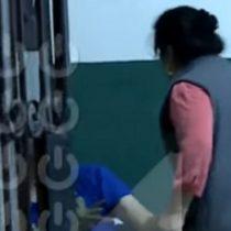 Madre golpea a su hijo tras ser detenido por robar celulares en Perú
