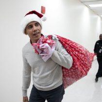 Barack Obama reparte regalos como el Viejito Pascuero en hospital de niñas y niños