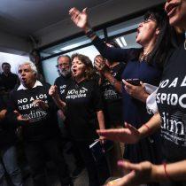 Funcionarios del Mineduc toman oficina de la ministra Cubillos tras despidos