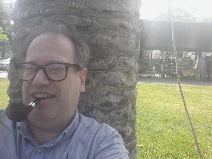 Acá si ganó: Tomás Jocelyn-Holt es el primer multado por fumar en plazas de Las Condes