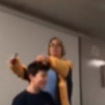 Profesora que le cortó el pelo a la fuerza a un estudiante fue acusada de crueldad infantil y agresión