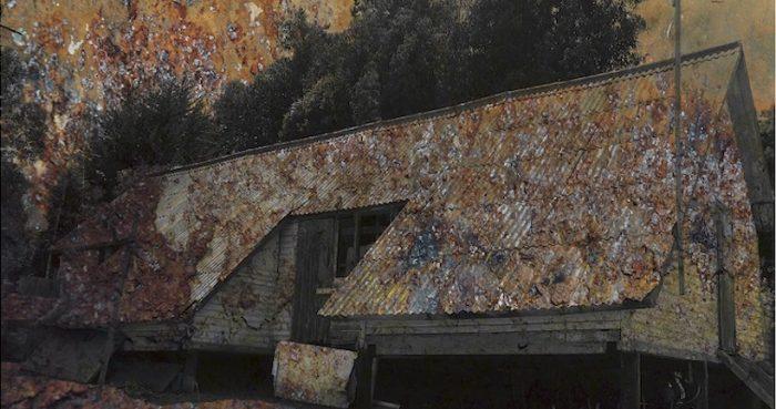 """Muestra gráfica """"Versiones Resilientes"""" sobre campo de prisioneros de Melinka en Parque Cultural de Valparaíso"""