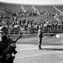 Recuperan los escritos de los presos políticos en las murallas del Estadio Nacional