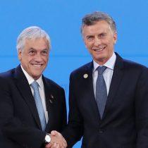 Mauricio Macri y Cecilia Morel saludan al cumpleañero Sebastián Piñera