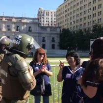 Parvularias de Fundación Integra se manifiestan frente a La Moneda