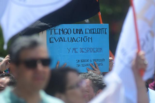 """Funcionarios públicos protestan frente a La Moneda por masivos despidos y acusan al Gobierno de """"utilizar el Estado como botín"""""""