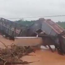 Puente ferroviario se desploma justo cuando pasaba el tren