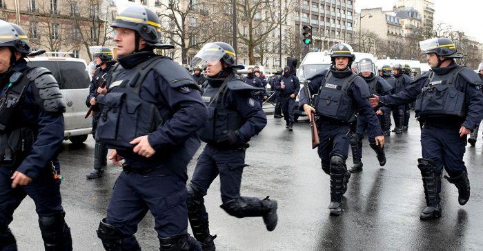 Francia: policías se quitan los cascos para negociar con manifestantes