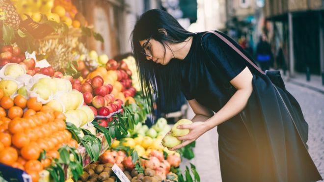 Qué es la dieta planetaria, el plan que promete salvar vidas, el planeta y alimentarnos a todos (sin prescindir de la carne)