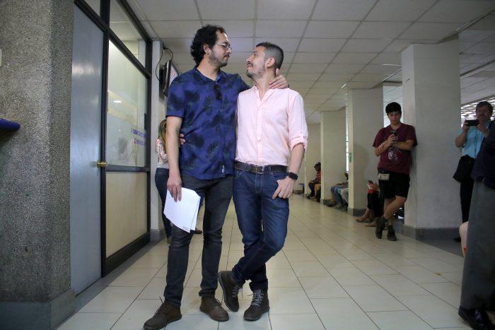 """Registro Civil negó hora de matrimonio a pareja gay que creó """"Nicolás tiene dos papás"""""""