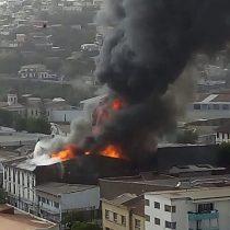 Gran incendio afectó casona en Valparaíso